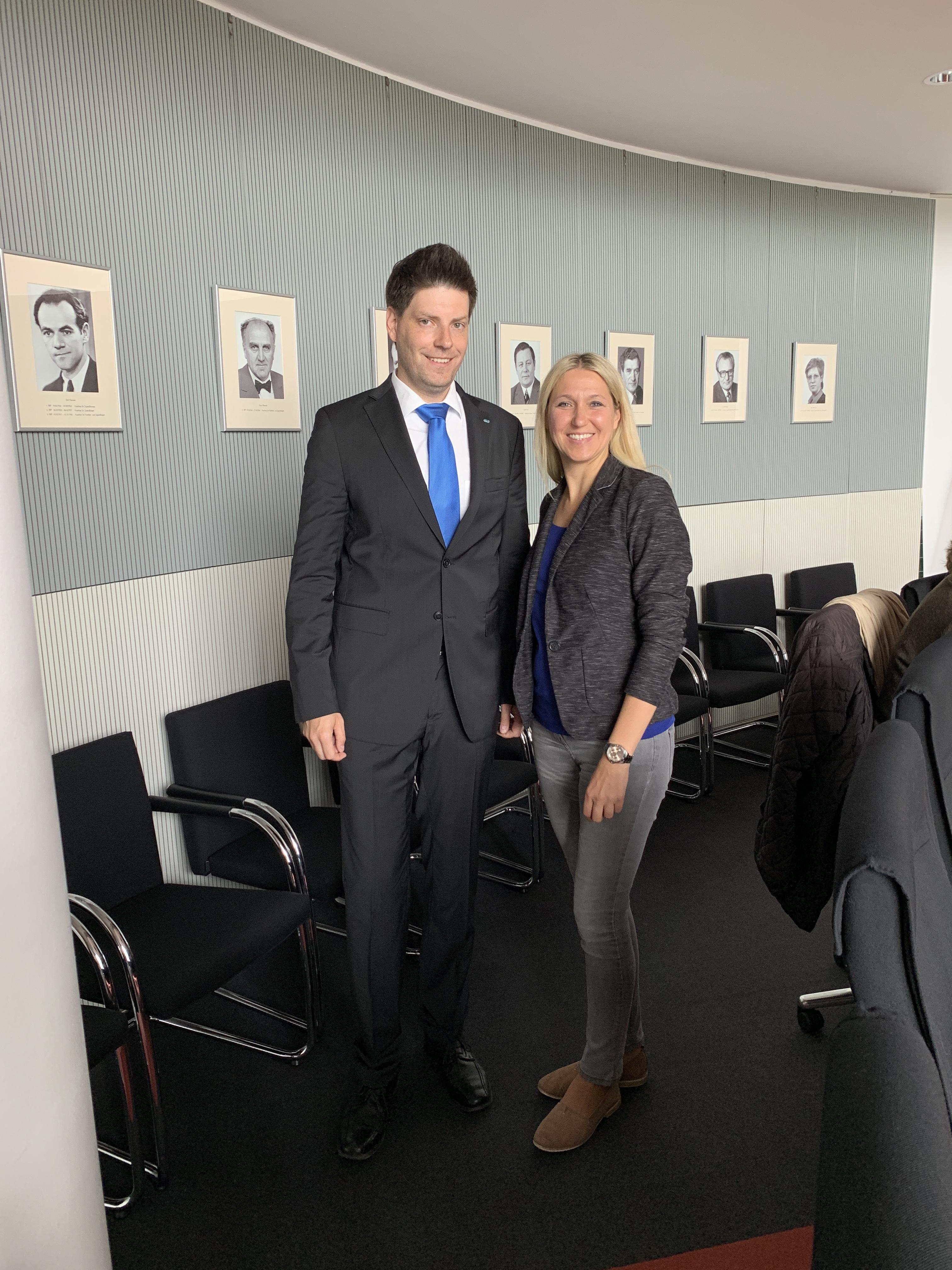 Präsident der Wirtschaftsjunioren Andreas Herlitz begleitet Dr. Silke Launert bei parlamentarischer Arbeit